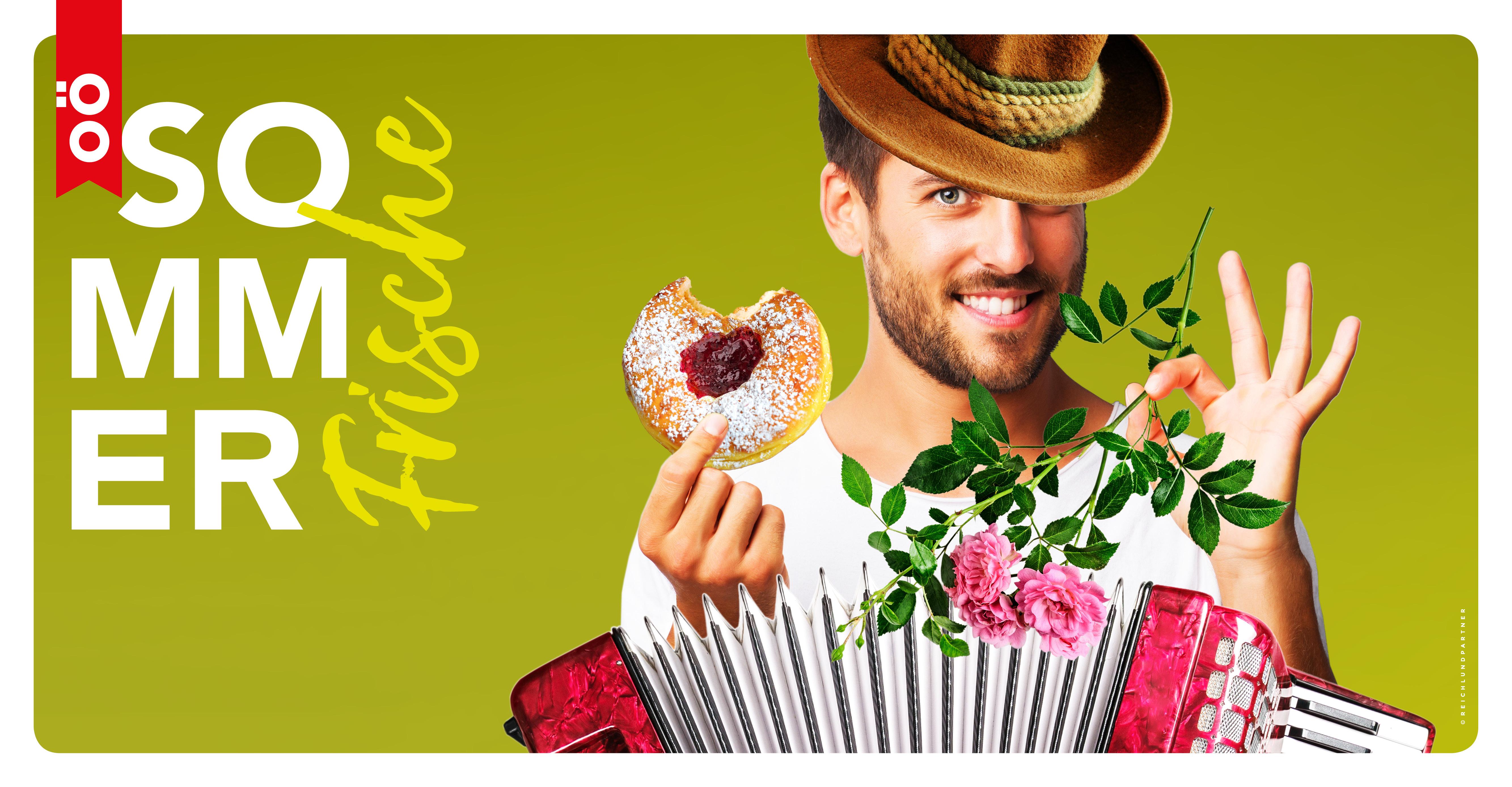 Das Bild zeigt einen Mann mit Hut und Ziehharmonika, der in der einen Hand einen Krapfen und in der anderen eine Rose hält, sowie das Sommerfrische Logo.