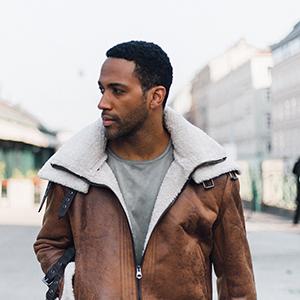 Das Bild zeigt den Songwriter, Texter und Produzenten Cesár Sampson.