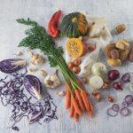 Das Bild zeigt jede Menge Gemüse auf einem Tisch.