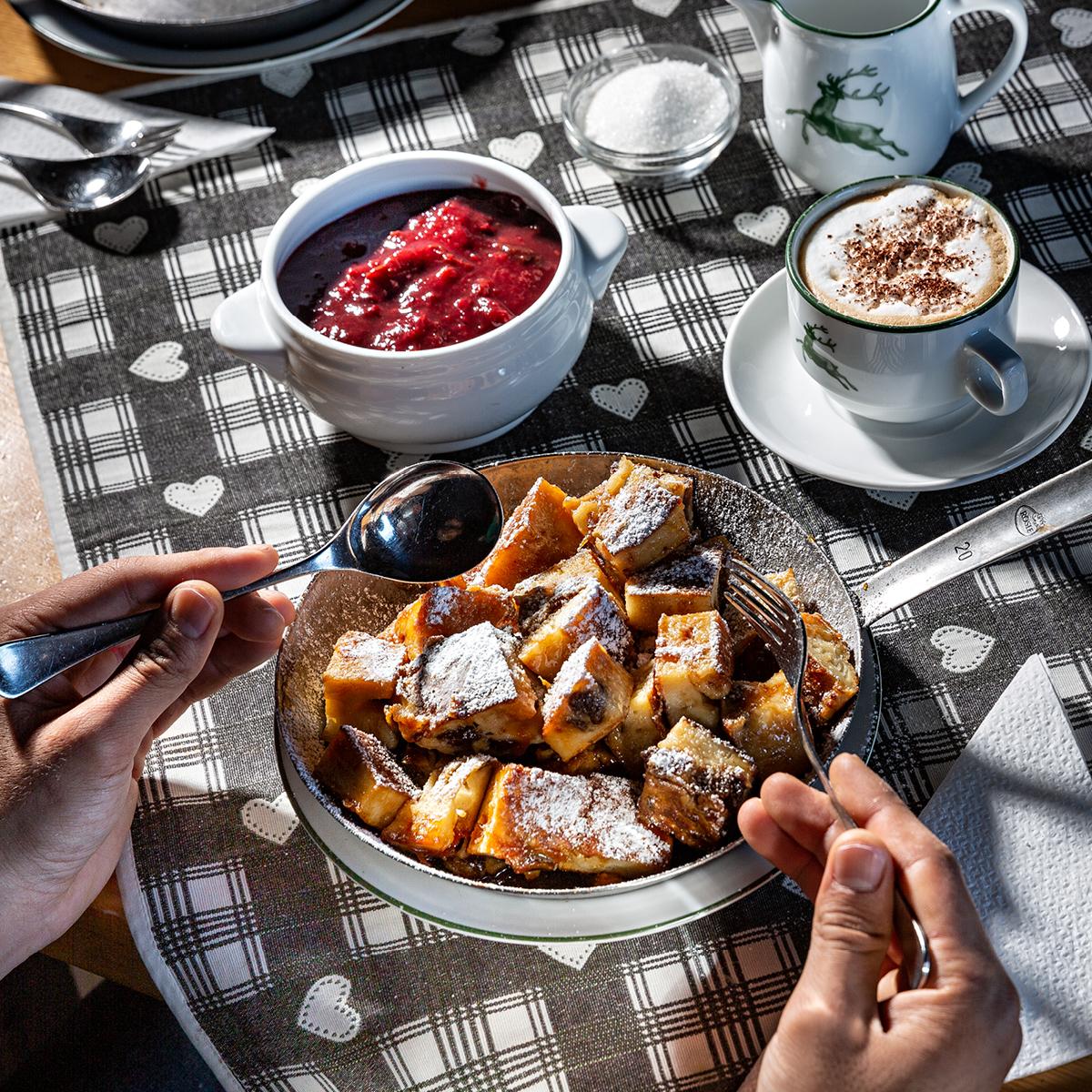 Das Bild zeigt eine Süßspeise auf kariertem Tischtuch.