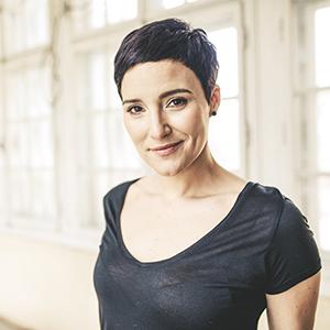 Das Bild zeigt die österreichische Sängerin Ina Regen.