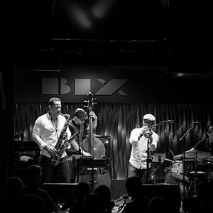 Das Bild zeigt eine Jazzband in Schwarz-Weiß.