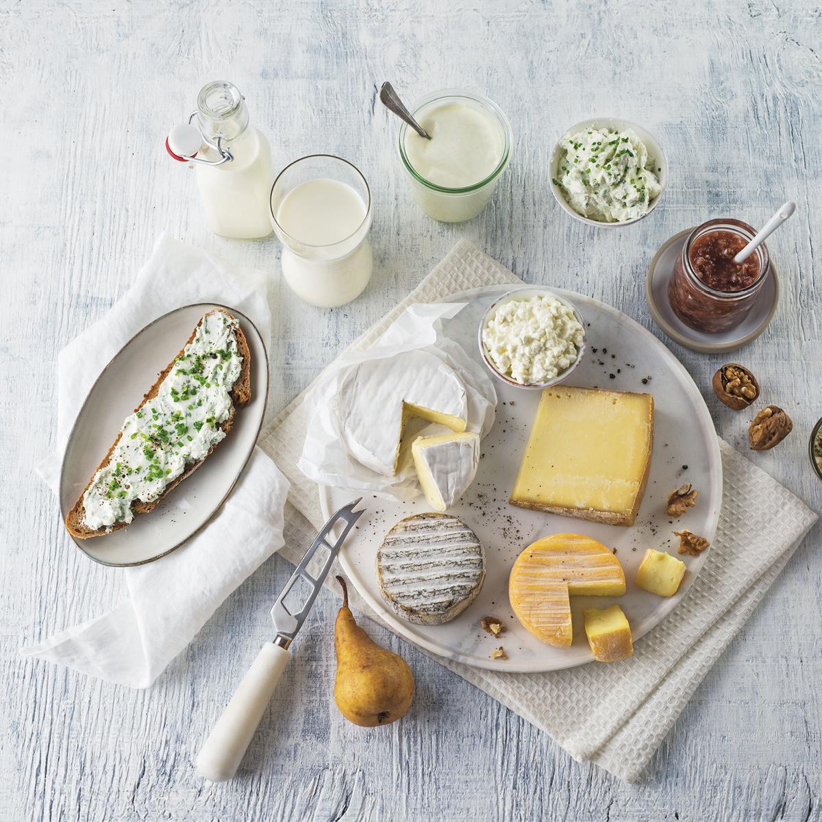 Das Bild zeigt eine kalte Platte mit Brot, Käse und Aufstrichen.