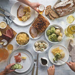 Das Bild zeigt einen Tisch von oben mit kalten und warmen Speisen.
