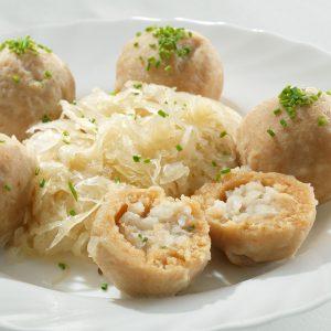 Das Bild zeigt Knödel mit Sauerkraut.