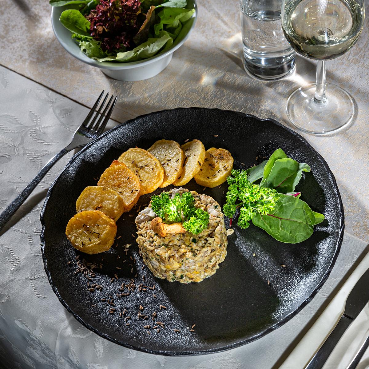 Das Bild zeigt eine köstliche Vorspeise auf einem fein gedeckten Tisch.