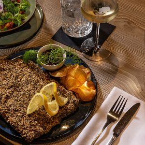 Das Bild zeigt ein appetitlich angerichtetes Gericht mit Salat als Beilage.